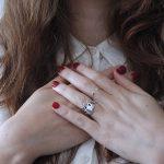 女性の手の甲の毛穴が目立つ原因と目立たなくする方法